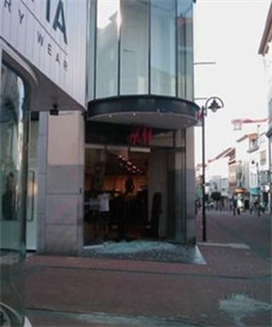 Raam H&M in Hasselt springt door hitte