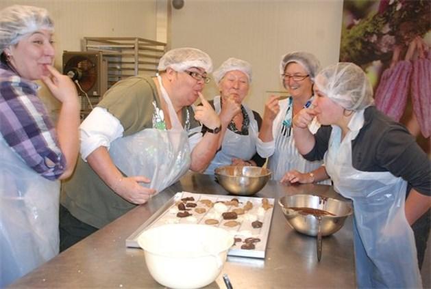 Dames van KVLV Achel-Dorp gaan grens over voor workshop pralines maken