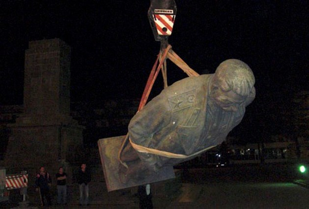 Beeld van Stalin in holst van de nacht weggehaald