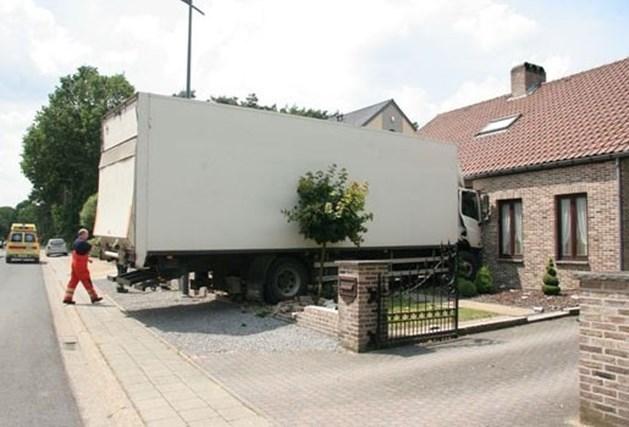 Vrachtwagen rijdt in huis