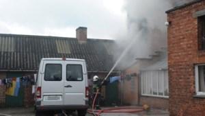 Voorbijgangers halen negen kinderen uit brandend huis