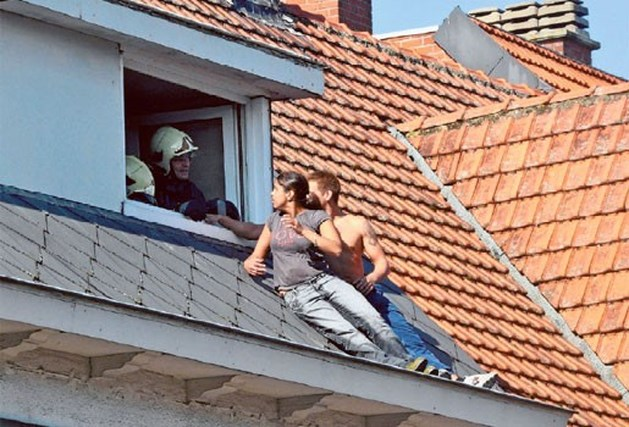 Koppel vlucht op dak tijdens brand