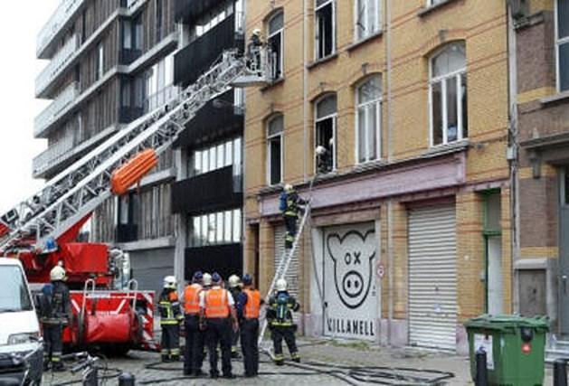Brandweer bevrijdt persoon uit brandend gebouw