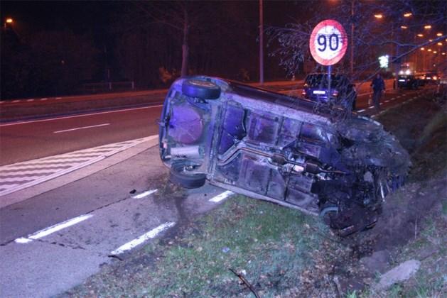 Bestuurster over de kop na crash tegen verkeerslicht in Zonhoven