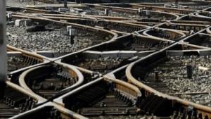 Trein rijdt stilstaande auto aan in Buggenhout