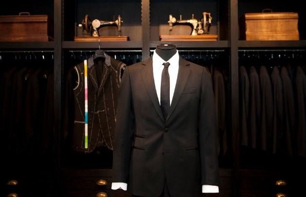 Café Costume stopt Michaël R. Roskam in Oscarsmoking