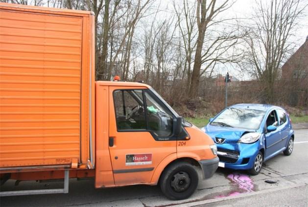 Auto en vrachtwagen botsen frontaal