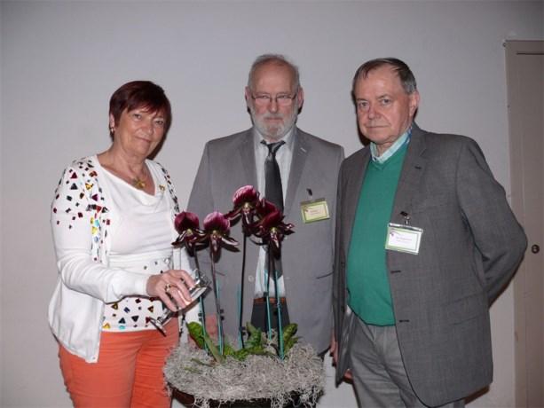 Speciale Alden Biesen-orchidee wordt boven het doopvont gehouden