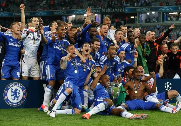 Chelsea-stafleden beschadigen Champions League trofee