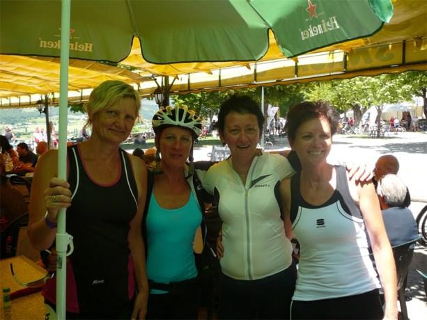 Peerse fietsdames beklimmen Mont Ventoux voor het goede doel