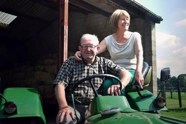 Perenaar beklimt bergpas in de Alpen op tractor