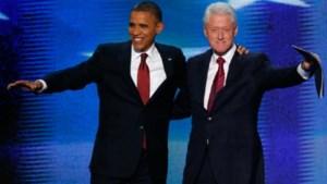 Obama omarmt Bill Clinton op podium