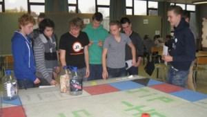 Jongeren van PROVIL spelen het Jip-helpspel.