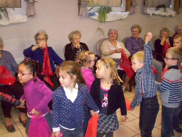 Kleuters VBS 't Klavertje dansen in Rusthuis Karen