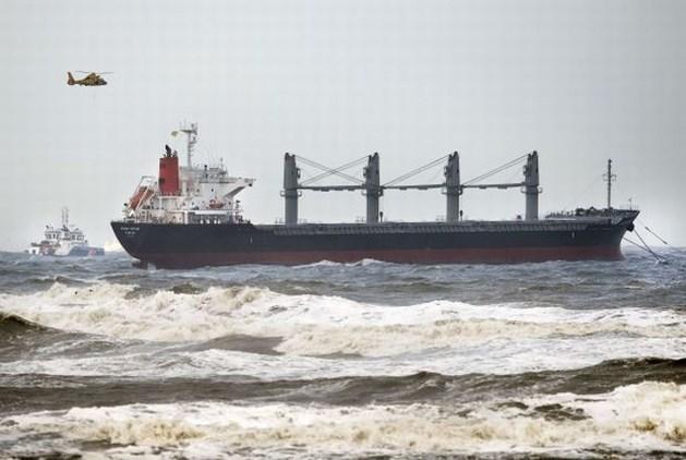 Gestrand vrachtschip op sleeptouw naar IJmuiden gebracht