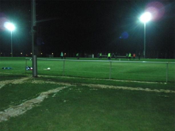 Jeugdwerking Hedera en FC Herderen plaatst verlichting op B-veld