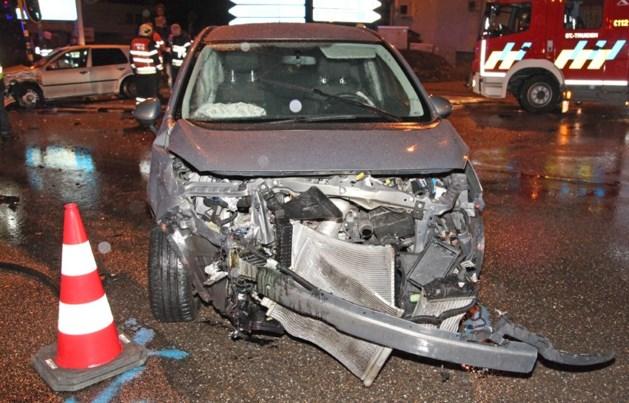 Auto tegen verkeerslicht geslingerd na botsing op Expresweg