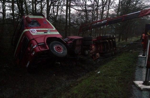 Tankwagen met gevaarlijke stof crasht in weiland