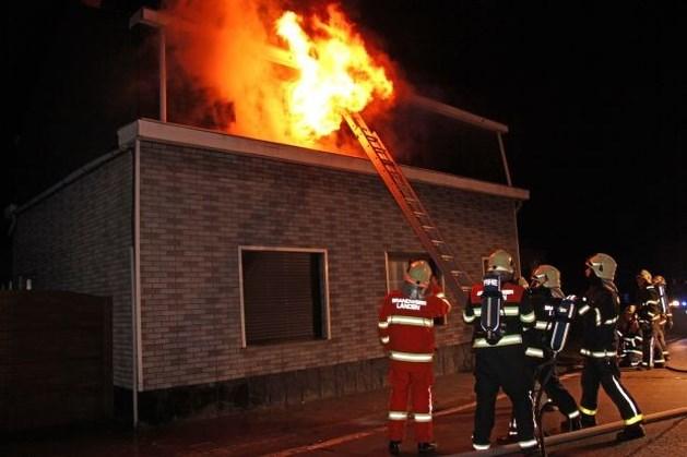 Huis onbewoonbaar na felle kamerbrand