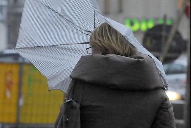 Krachtige windstoten en harde regenbuien wuiven 2012 uit