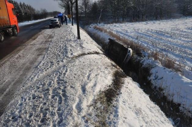 Bestuurster glijdt met wagen in ijskoude sloot