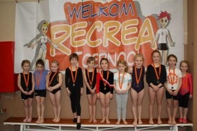 De pupillen meisjes halen medailles op turnwedstrijd.