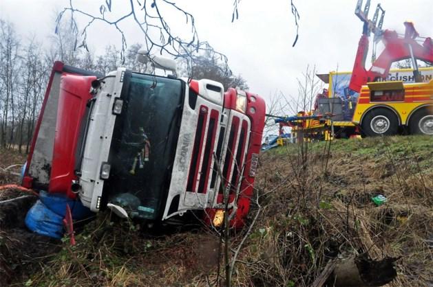Vrachtwagen belandt langs de baan op Noord-Zuidverbinding