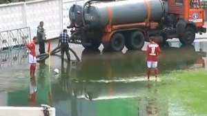 Voetbalmatch wordt waterpolo (video)