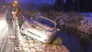 Auto glijdt tot op rand van beek in Geetbets