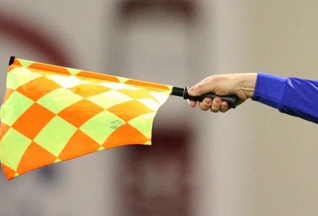 Nederlandse lijnrechter op de vuist met amateurvoetballer