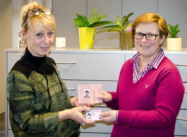 Eerste digitaal rijbewijs voor Maria Oosterbosch uit Vlijtingen