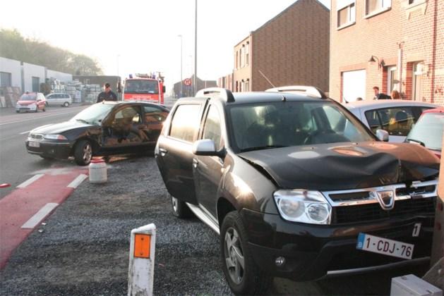 Slippende bestuurder schuift tegen geparkeerde wagen