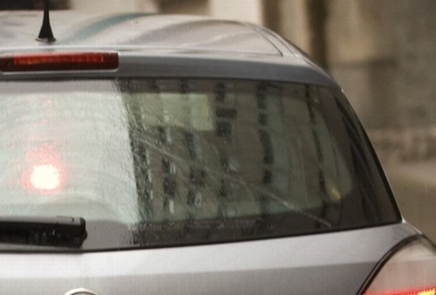 Jongeman in levensgevaar nadat hij van dak van rijdende auto valt in Kapellen