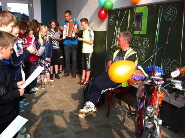 Basisschool De Dommelbrug zet jarige meester Hub in de bloemetjes