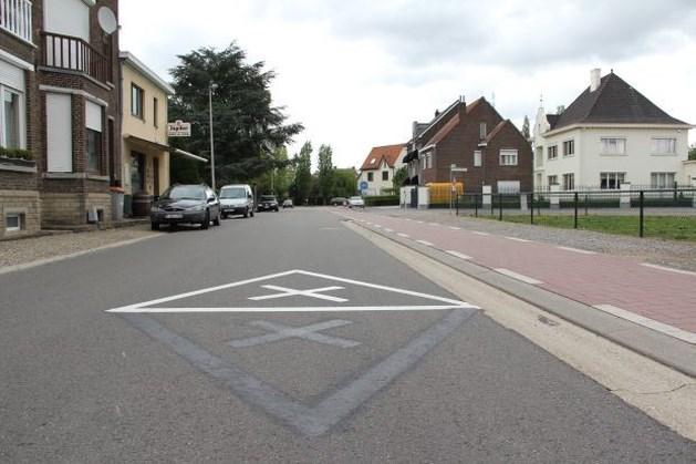 Technische dienst schildert 6 keer verkeersbord ondersteboven op straat