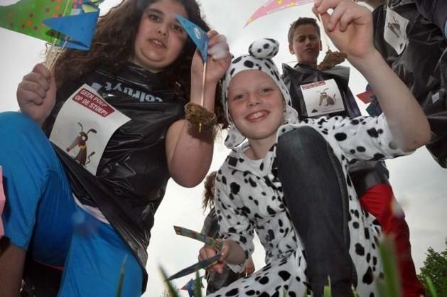 Kinderen 'versieren' hondendrollen met vlaggetjes
