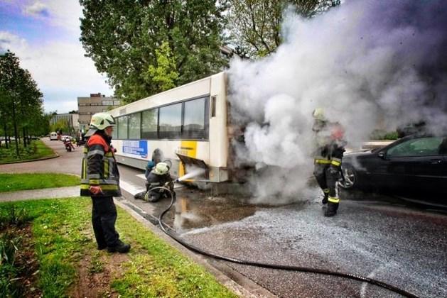 Bus vliegt in brand op Kunstlaan in Hasselt