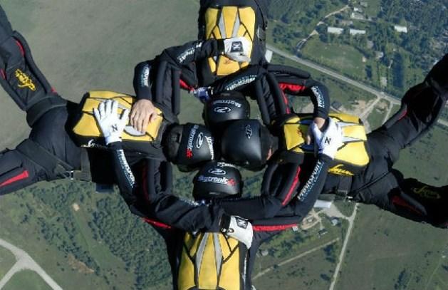 Tien parachutisten belanden in bomen door windstoot