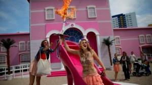 FEMEN verstoort opening levensecht Barbie-huis