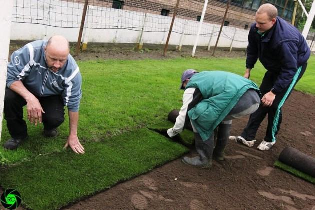 SK Heusden 06 legt grasmatten aan de doelen op Noordberm