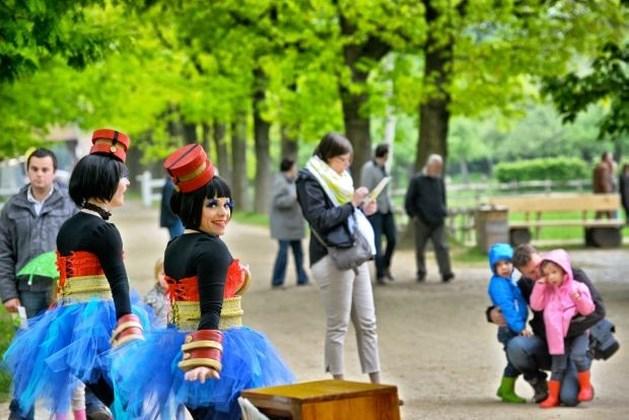 Slecht weer houdt mensen weg  van Straattheaterfestival (fotoalbum)