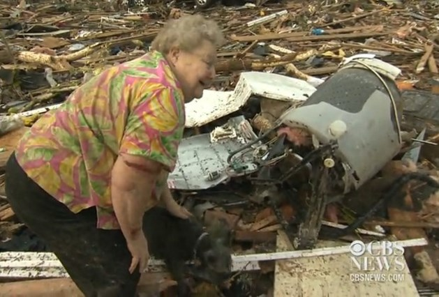 Vrouw vindt hondje terug onder puin tornado (video)