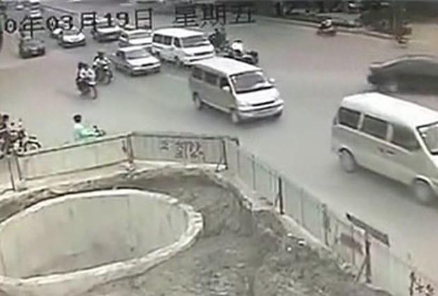 Chinees zet kruispunt op stelten met scooter (video)