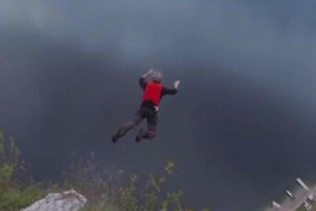 Parachute van basejumper gaat niet open (video)