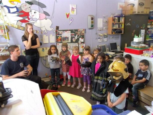 Kleuters middenschool de Regenboog worden brandweerman