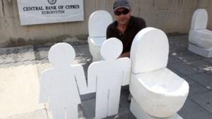 Kunstenaar spoelt protest tegen Cypriotische banken door
