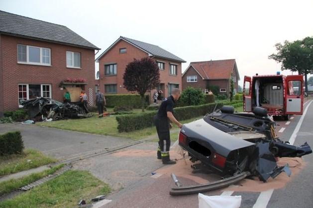 Automobilist slechts lichtgewond na spectaculaire crash in Molenbeersel