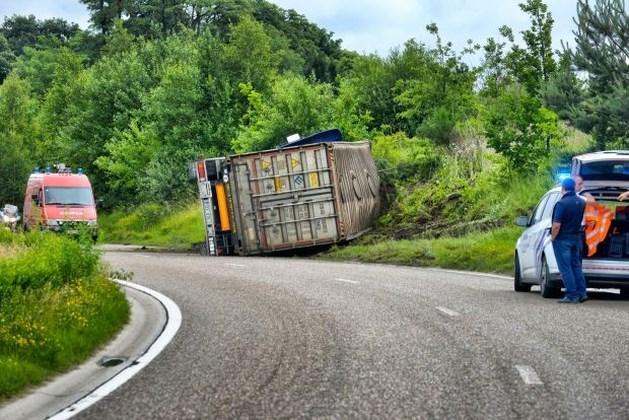 Vrachtwagen gekanteld op Henri Esserslaan in Winterslag