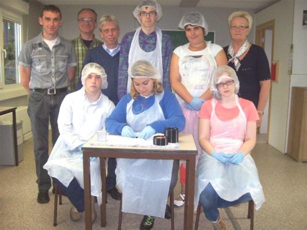 Leerlingen De Dageraad etiketteren half miljoen siroopstickers