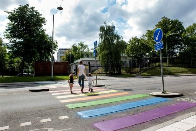 Holebi-activisten overschilderen zebrapad Russische ambassade